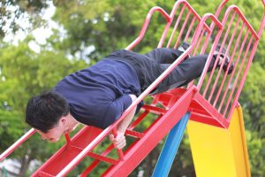公園で筋トレする須賀川整体院、院長の佐藤祐樹